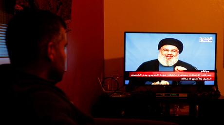 Les Libanais suivent le discours de Hassan Nasrallah à la télévision