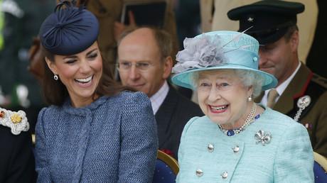 La reine Elisabeth II avec Kate, la duchesse de Cambridge, en 2012 à Nottingham