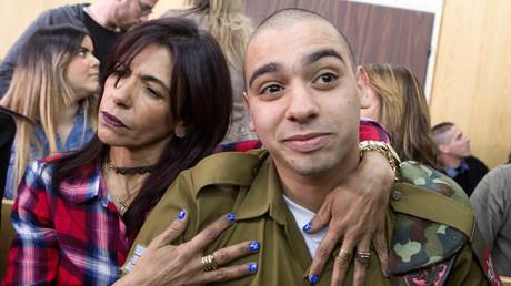 Elor Azaria dans les bras de sa mère après sa condamnation à Tel-Aviv le 21 février.