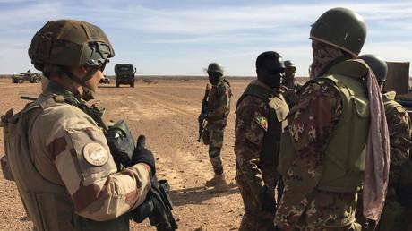 Soldats maliens et français de l'opération Barkhane en novembre 2017.