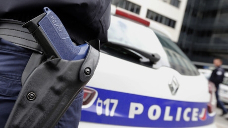 L'arme de service est utilisée dans 50% des cas de suicide dans la police, illustration d'un policier armé de son Sig-Sauer