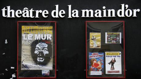 Le théâtre de la Main d'Or en 2013, présentant une affiche pour un spectacle de Dieudonné