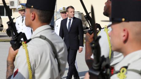 Emmanuel Macron dans une base navale à Abou Dhabi