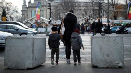 Blocs de béton faisant partie du dispositif de sécurisation du marché de Noël des Champs-Elysées en décembre 2016, photo ©Benoit Tessier/Reuters