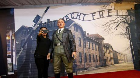 Une touriste se prend en photo avec une statue de cire représentant Hitler dans un musée de Yogyakarta, en Indonésie