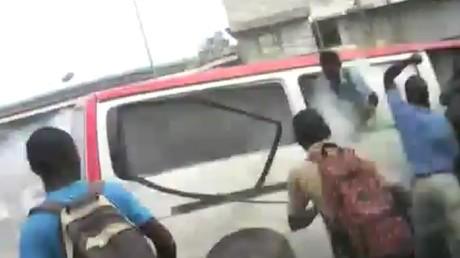 Gabon : un gendarme lance une grenade lacrymogène dans un minibus rempli de lycéens (VIDEO)