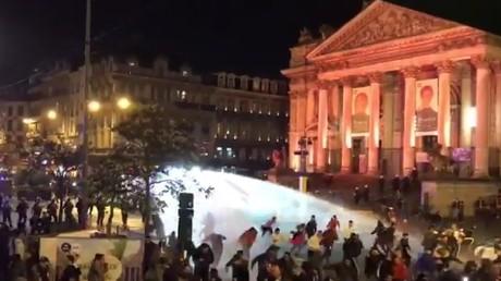 La police anti-émeute a fait usage de canons à eau pour disperser la foule