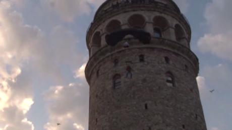 Un Turc courageux saute depuis la Tour de Galata à Istanbul