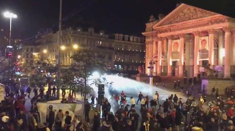 Le 11 novembre, place de la Bourse à Bruxelles, la police fait usage des canons à eau  pour repousser les émeutiers
