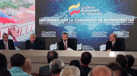Le vice-président du Venezuela, Tareck El Aissami (au centre), lors d'une réunion avec les créanciers et les investisseurs à Caracas