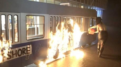Après la révélation des paradis fiscaux de Porochenko, FEMEN incendie son tram improvisé