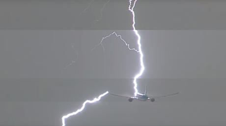 Amsterdam : un avion frappé par la foudre après son décollage (VIDEO CHOC)