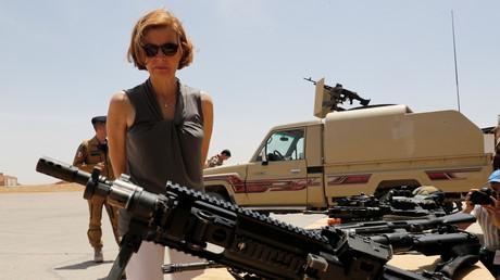 Florence Parly inspecte les armes sur une base aérienne en Jordanie, juillet 2017