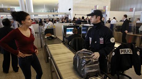 La police aux frontières inspecte des sacs à l'aéroport Roissy Charles de Gaulle, illustration