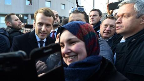 Emmanuel Macron a profité de sa visite dans le Nord pour évoquer sa politique de la ville et prendre quelques selfies