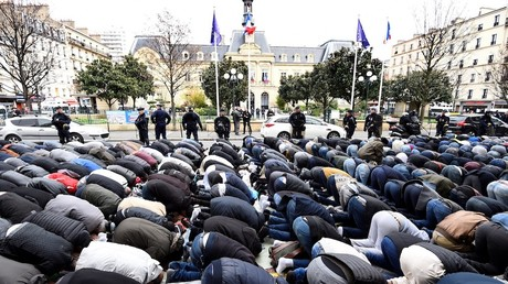 Prière de rue devant la mairie de Clichy en mars 2017, photo ©BERTRAND GUAY / AFP