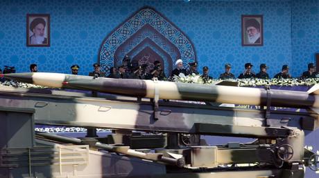 Des missiles Zelzal passent devant Hassan Rouhani lors d'une parade militaire à Téhéran, le 22 septembre (image d'illustration)