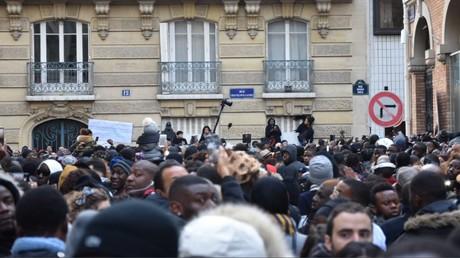 Les manifestants étaient nombreux devant l'ambassade de Libye à Paris pour dénoncer le trafic humain des migrants dans le pays.