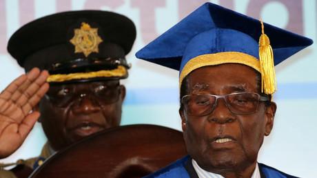 Robert Mugabe à une cérémonie de remise de diplômes le 17 novembre à Harare.