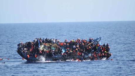 Mai 2016, des migrants renversent leur embarcation avant une opération de sauvetage en mer au large de le Libye, illustration