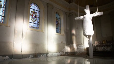 «Holy Cow», installation de Tom Herck dans l'église de Kuttekoven en Belgique, capture YouTube, DR