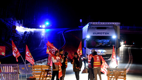 Routiers manifestant devant le tunnel de Fréjus, près de la frontière italienne, le 21 novembre 2017.