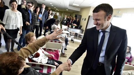 Emmanuel Macron rendant visite à des retraités en 2016