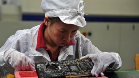 Une ouvrière chinoise sur le site de Foxconn en 2010.