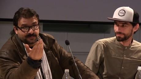Le réfugié syrien Ahmad Shamieh et un de ses soutiens slovènes au cours d'une conférence en novembre 2017.