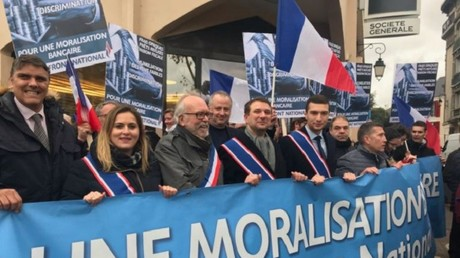 Les élus FN manifestent à Reuil-Malmaison le 25 novembre, devant la Société générale, capture d'écran Twitter