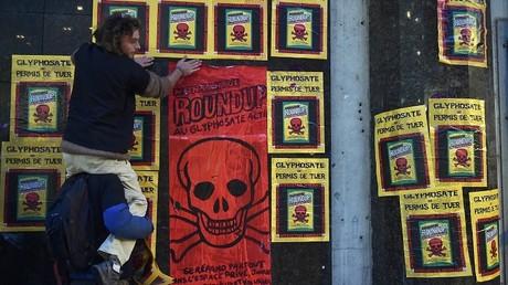 Des activistes anti-glyphosate collent des tracts dans les rues de Toulouse