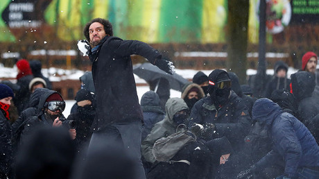 Lacrymogène et boules de neige : nationalistes et antifas se heurtent à la police à Québec (IMAGES)