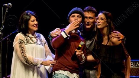 Marin monté sur la scène d'un concert de soutien à Lyon.