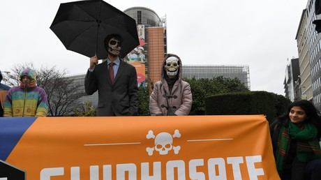 Activistes contre le glyphosate réunis devant le quartier général de la Commission  européenne le 27 novembre 2017.