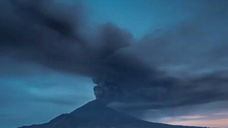 Images saisissantes de l'éruption d'un volcan à Bali