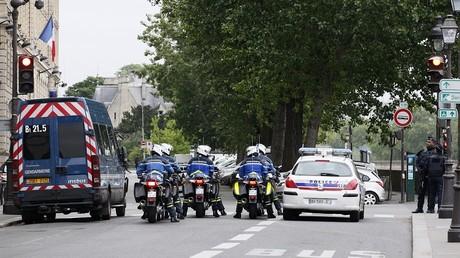 La police encadrant l'arrivée de Salah Abdeslam à Paris le 20 mai 2016