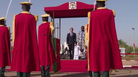 Emmanuel Macron s'entretient avec son homologue burkinabé sur fond de manifestations