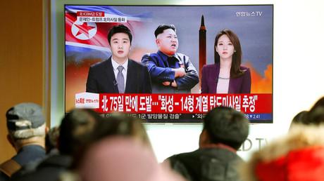 Une reportage sur le tir nord-coréen est montré à Séoul, dans la Corée du Sud