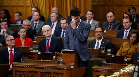 Le Premier ministre canadien Justin Trudeau essuie une larme, lors de son discours d'excuse auprès de la communauté LGBTQ, le 28 novembre