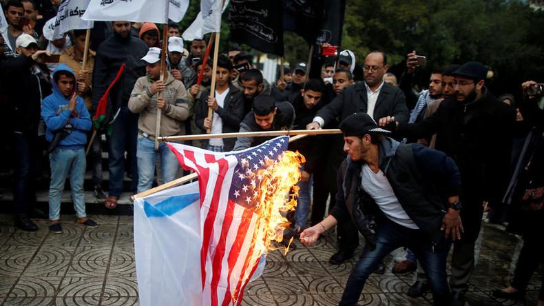 Un drapeau américain brûlé par des manifestants musulmans palestiniens