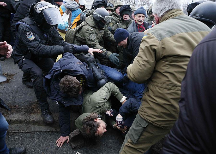 Emeute à Kiev: l'Ukraine donne un ultimatum à Saakachvili après qu'il a échappé à la police (IMAGES)