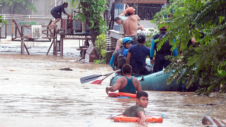 Les images de la violente tempête Tembin qui balaie l'archipel — Philippines