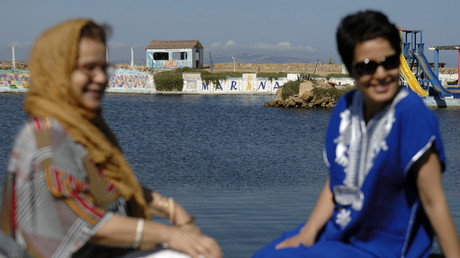 Deux femmes algériennes sur une plage privée d'Alger