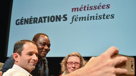 Benoît Hamon en train de prendre des selfies après son discours du 2 décembre