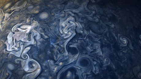 Des nuages joviens sont observés par Juno et colorisés par des scientifiques