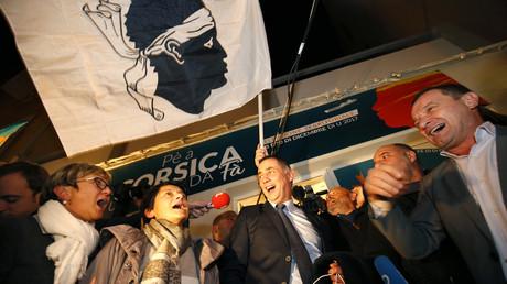 Le candidat de la liste nationaliste Pè a Corsica (Pour la Corse), Gilles Simeoni (au centre), célèbre la victoire de celle-ci au premier tour des élections territoriales corses.