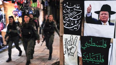 Gardes israéliens marchant dans la vieille ville de Jérusalem devant un magasin de souvenirs vendant un tee-shirt avec Donald Trump grimé en juif hassidique.