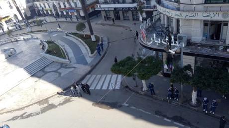 La ville d'Alger se prépare à recevoir Emmanuel Macron.