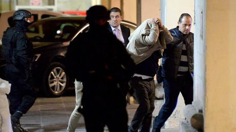 Un des trois accusés quitte le tribunal de Valletta, à Malte.