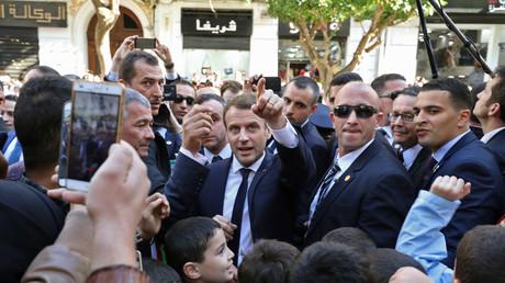 Emmanuel Macron durant son bain de foule à Alger, entouré de ses gardes, le 6 décembre 2017.